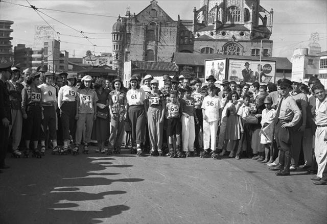 Carrera de patines primer grupo de damas_1950_Diego García DIGAR