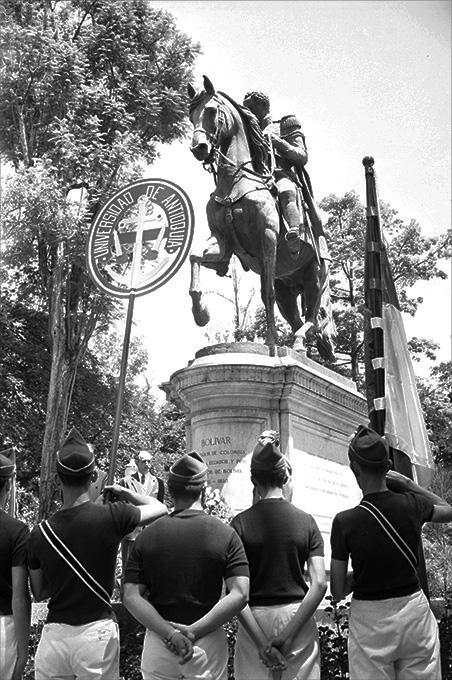 Desfile de la Universidad de Antioquia_1955_Diego García DIGAR
